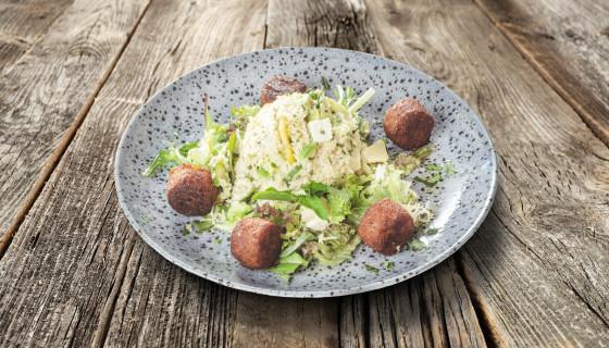 Falafelsalade met couscous en perzik
